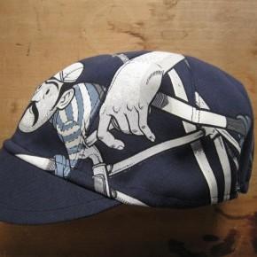 T-Shirt mit Köpfchen: Die handgemachten Kappen von AH310