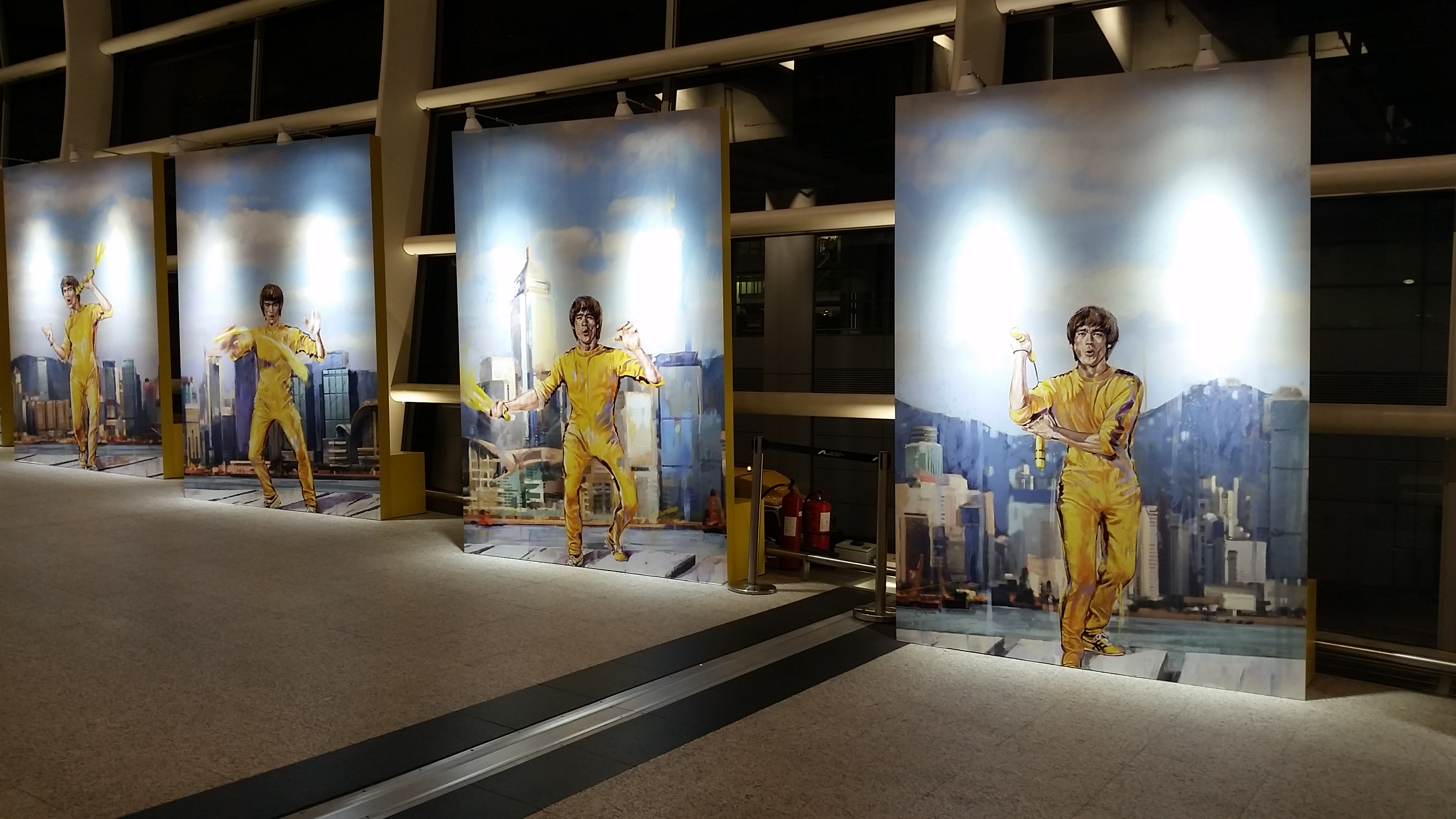 At Hongkong airport one is welcomed by THE Chinese icon: Bruce Lee