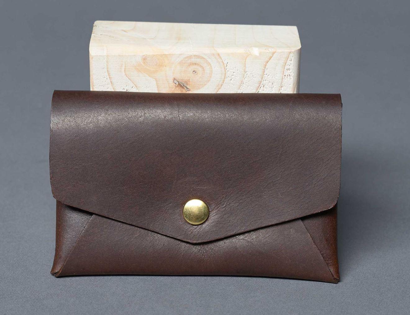 Inspiriert von der japanischen Kunst des Papierfaltens ist dieses kleine Portemonnaie aus nur einem einzigen Stück Olivenleder handgefertigt. Ein Innenfach bietet Platz für Karten und Bargeld. Das Origami Wallet überzeugt durch minimalistisches Design kombiniert mit traditioneller Handwerkskunst.