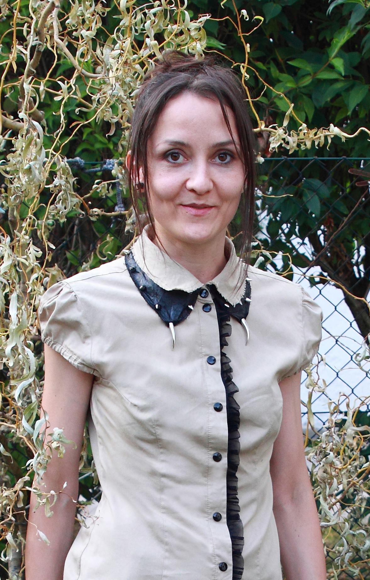 Designerin Sylwia Dyczka in einer ihrer selbst entworfenen und genähten Lieblingsbluse